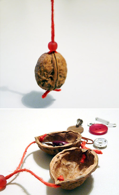 colgantes hechos con nueces