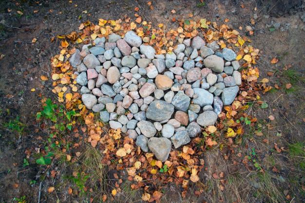 corazon hecho con piedras y hojas